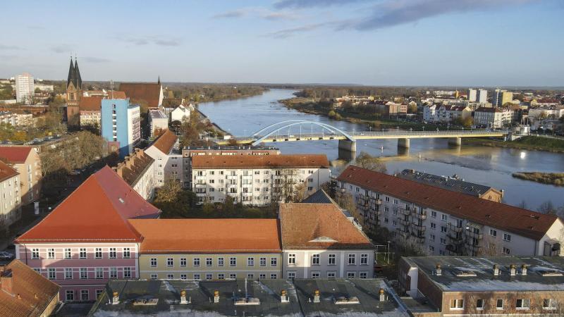 Blick über Hausdächer in Frankfurt (Oder) auf den Grenzübergang Stadtbrücke ins polnische Slubice. Foto: Patrick Pleul/dpa-Zentralbild/ZB/Archivbild