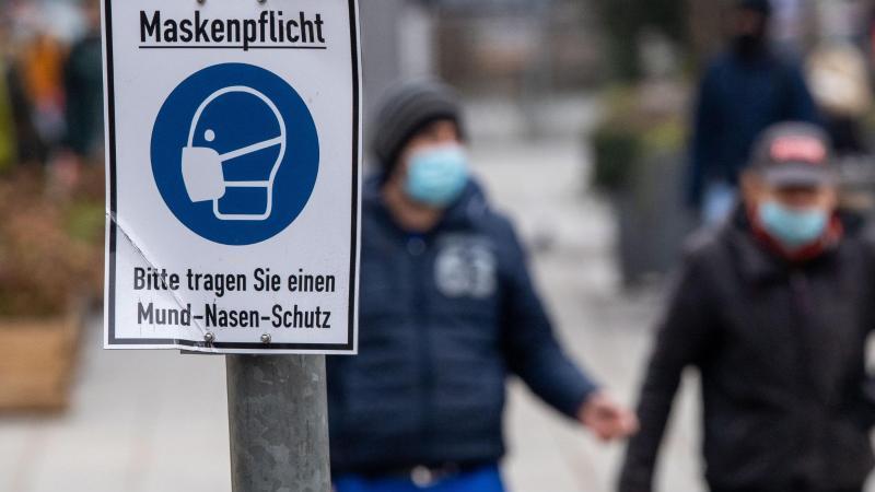 Um die hohen Zahlen der Infektionen zu reduzieren, herrscht mancherorts die Pflicht zum Tragen einer Maske. Foto: Lino Mirgeler/dpa