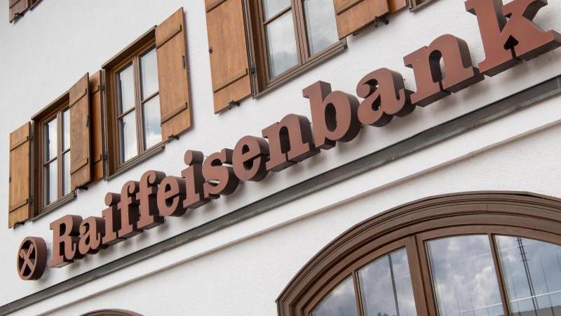 Die regionalen Banken - darunter etwa die Raiffeisenbanken - kommen bislang gut durch die Krise. Foto: Peter Kneffel/dpa