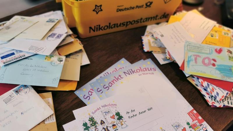 An den Nikolaus adressierte Briefe im Nikolaus-Postamt.