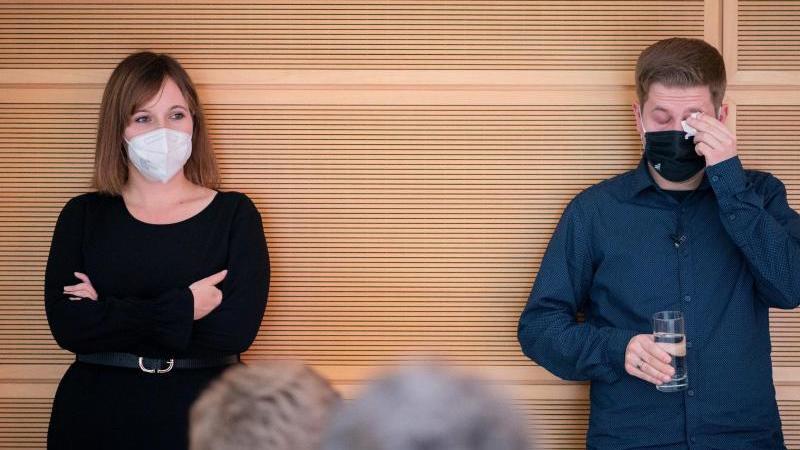 Kevin Kühnert wischt sich eine Träne aus dem Auge - Jessika Rosenthal soll den Bundesvorsitz der Jusos übernehmen. Foto: Kay Nietfeld/dpa