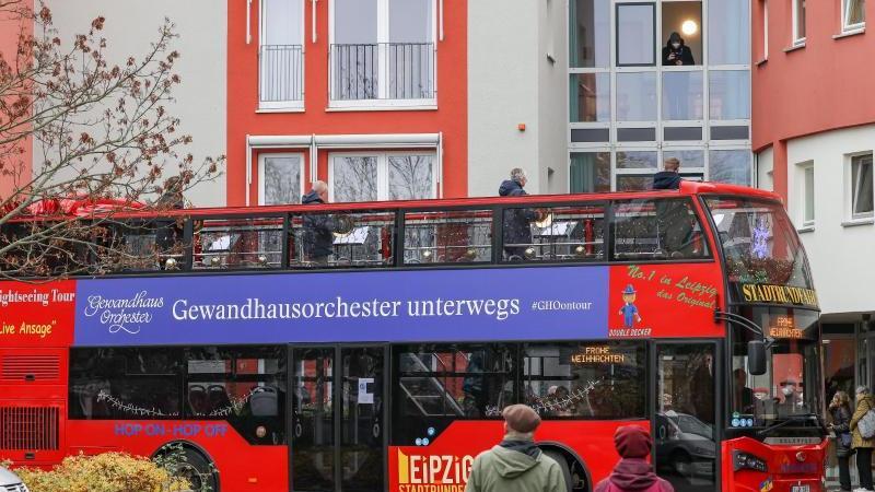 Die Hornisten Simen Fegran (r-l), Clemens Röger, Jochen Pless und Bernhard Krug spielen aus dem Konzertbus des Gewandhauses. Foto: Jan Woitas/dpa-Zentralbild/dpa