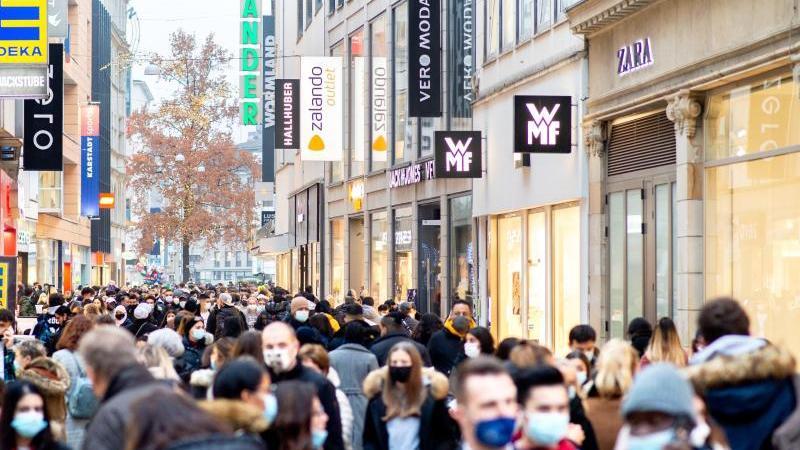 Zahlreiche Menschen mit Mund-Nasen-Bedeckung dicht gedrängt in der Großen Packhofstraße in Hannover. Foto: Hauke-Christian Dittrich/dpa