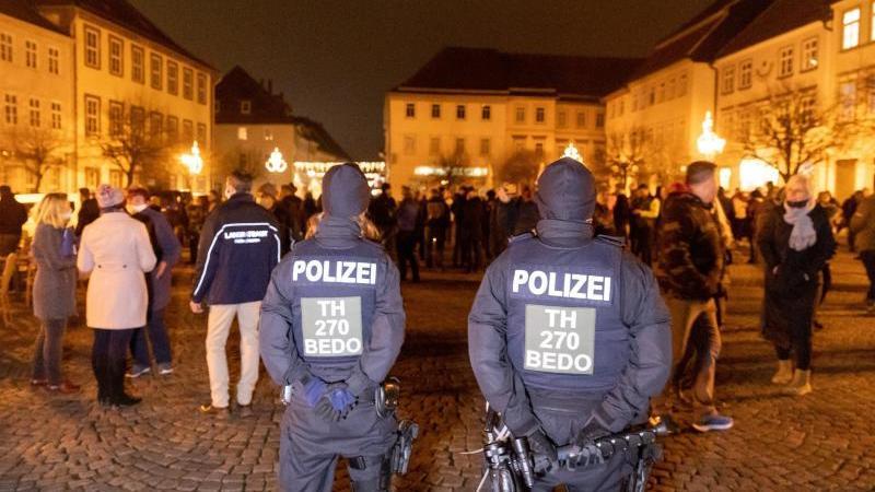 Menschen protestieren gegen die neuen Infektionsschutzregeln im Kreis Hildburghausen. Foto: Steffen Ittig/NEWS5/dpa