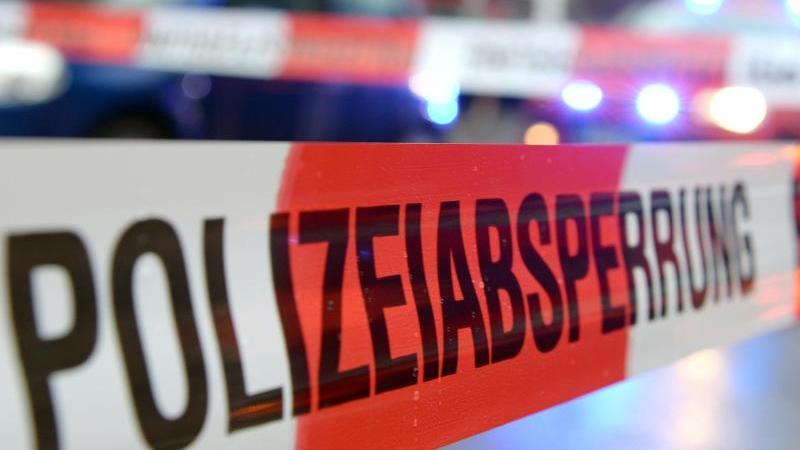 Ein Einsatzort der Polizei ist mit Flatterband abgesperrt. Foto: Patrick Seeger/dpa/Symbolbild