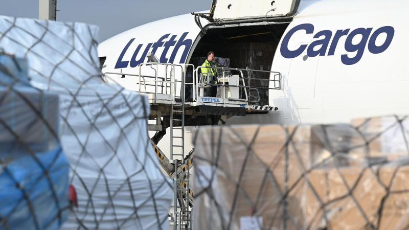 Eine MD-11 der Lufthansa Cargo wird auf dem Vorfeld des Frankfurter Flughafens beladen. Foto: Arne Dedert/dpa/Symbolbild