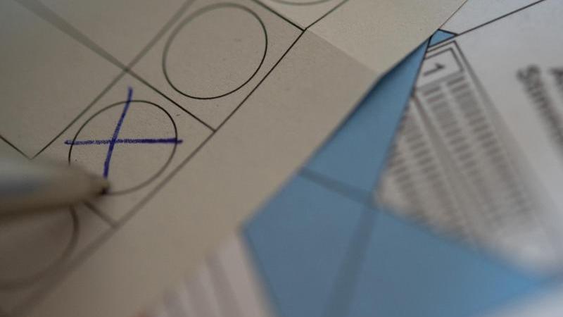 Eine Frau füllt Briefwahlunterlagen aus. Foto: Sebastian Gollnow/dpa/Symbolbild/Archiv