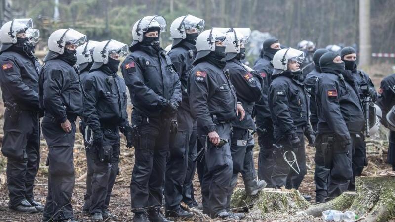 Polizeipräsenz im Dannenröder Forst. Foto: Boris Roessler/dpa