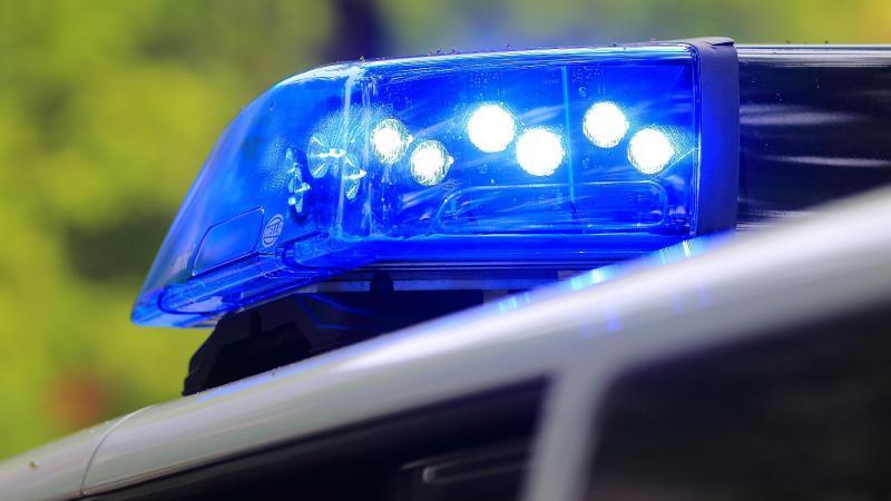 Ein Fahrzeug der Polizei ist im Einsatz. Foto: Jens Wolf/dpa-Zentralbild/dpa