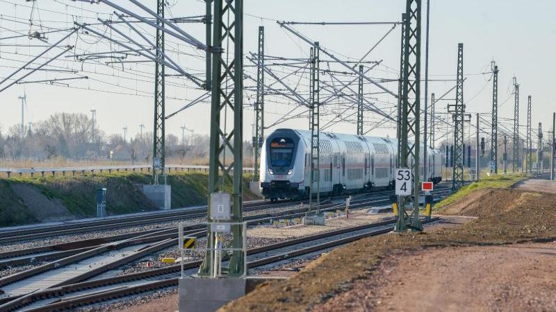 Ein IC der Deutschen Bahn fährt zu einem Bahnhof. Foto: Heiko Rebsch/dpa-Zentralbild/dpa/Symbolbild
