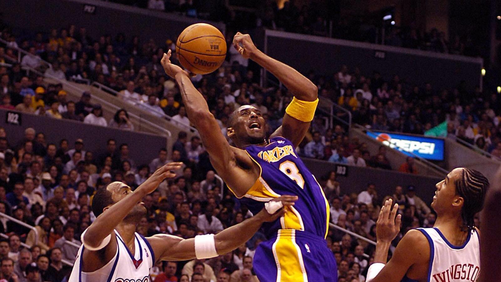 Kobe Bryant (Los Angeles Lakers, Mitte) gegen Shaun Livingston (re.) und Daniel Ewing (beide Los Angeles Clippers) - PU