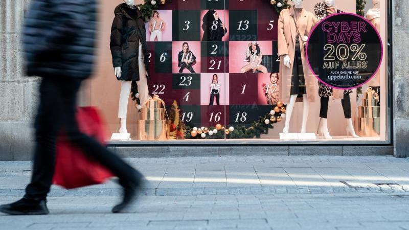 Ein weihnachtlich dekoriertes Schaufenster in Essen. Foto: Fabian Strauch/dpa
