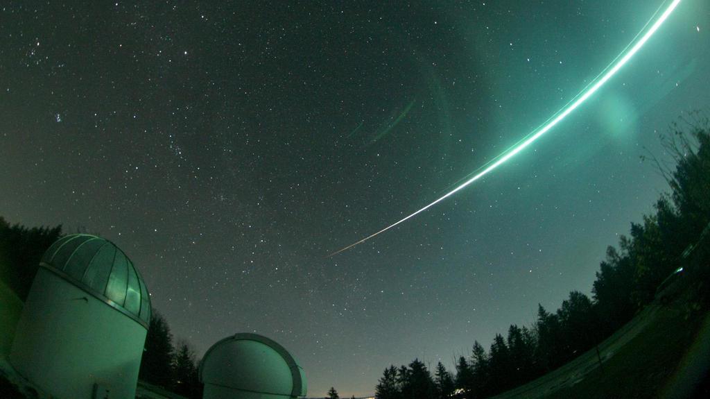 HANDOUT - 19.11.2020, Bayern, Gahberg: Ein Lichtstrahl, aufgelöst durch einen Meteorit, leuchtet am nächtlichen Himmel über der Sternwarte Gahberg am Starnberger See. Eine besonders helle Erscheinung am Nachthimmel hat in Süddeutschland und Österreic