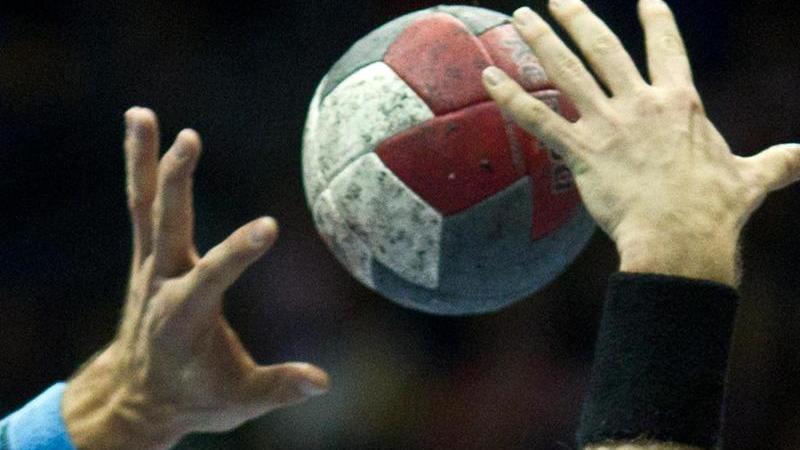 Spieler versuchen und denBall zu kommen. Foto: Jens Wolf/dpa-Zentralbild/dpa/Symbolbild