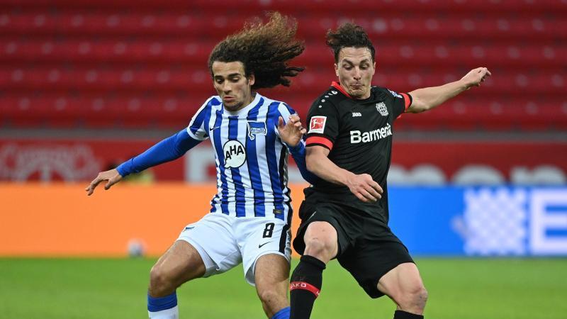 Berlins Matteo Guendouzi (l) und Leverkusens Julian Baumgartlinger in Aktion. Foto: Ina Fassbender/AFP Pool/dpa