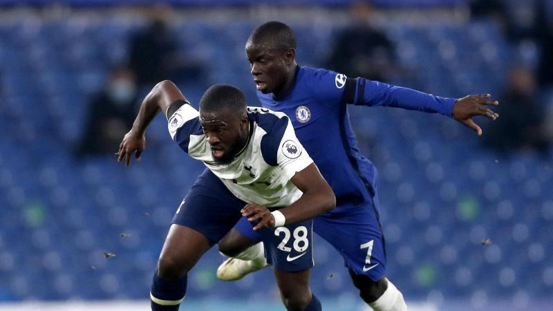Tottenhams Tanguy Ndombele (l) im Zweikampf mit N'Golo Kante vom FCChelsea. Foto: Matthew Childs/PA Wire/dpa
