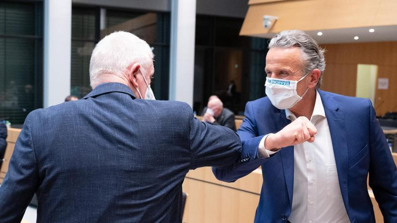 Oberbürgermeister Fritz Kuhn (Grüne, l) begrüßt seinen Nachfolger Frank Nopper (CDU) im Rathaus. Foto: Sebastian Gollnow/dpa
