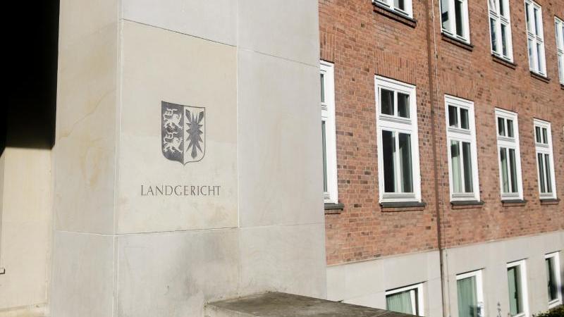 Eingangsbereich des Landgerichts Kiel. Foto: Frank Molter/dpa/Archivbild