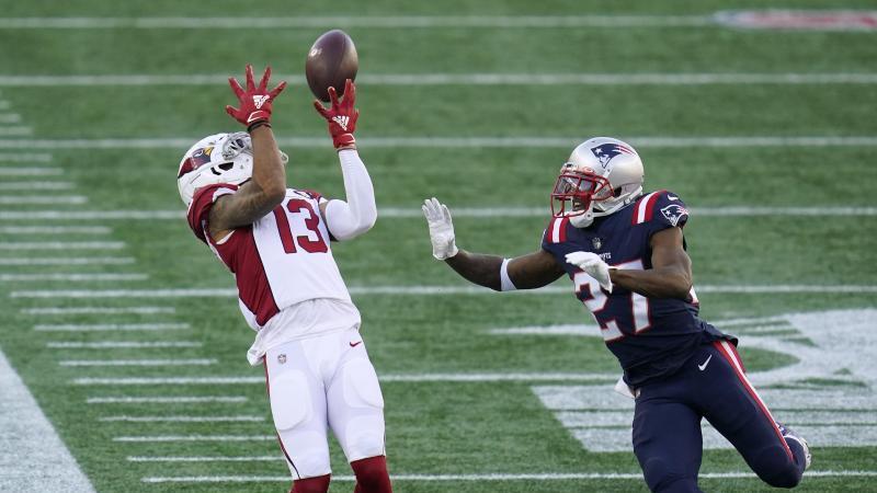 J.C. Jackson (r) von den New England Patriots und Christian Kirk von den Arizona Cardinals in Aktion. Foto: Charles Krupa/AP/dpa