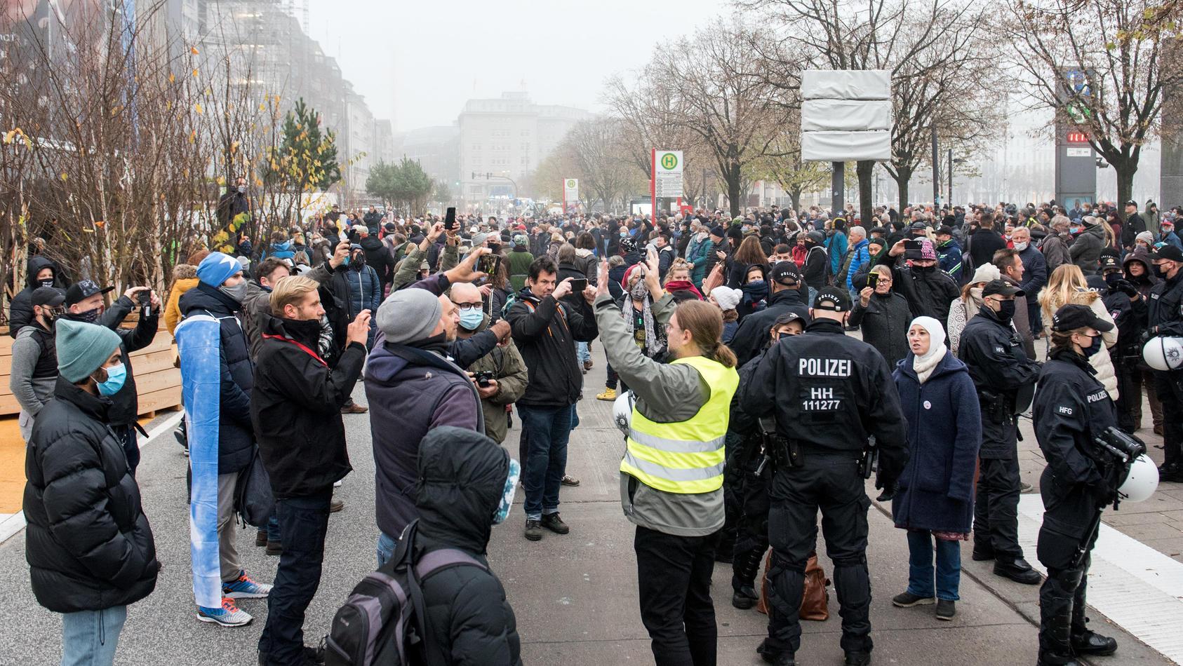 Corona-Zweifler demonstrieren in Hamburg