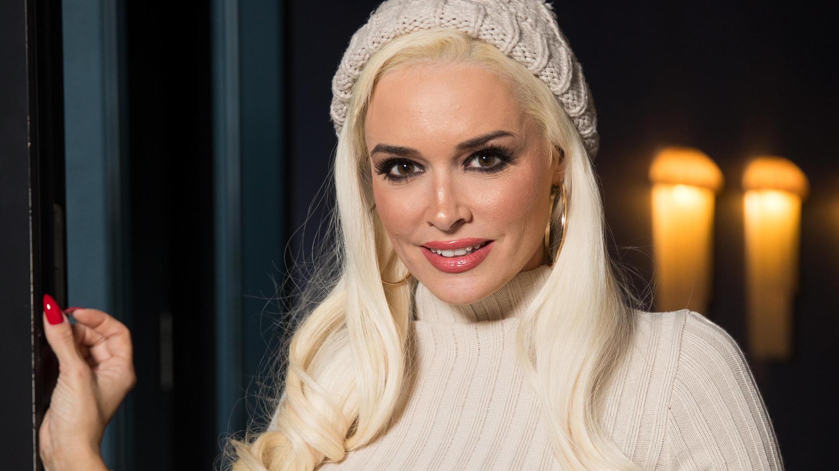Daniela Katzenberger trägt auf diesem Foto zwar eine weihnachtliche Mütze, den 1. Advent verbrachte das TV-Sternchen allerdings ganz unromantisch.