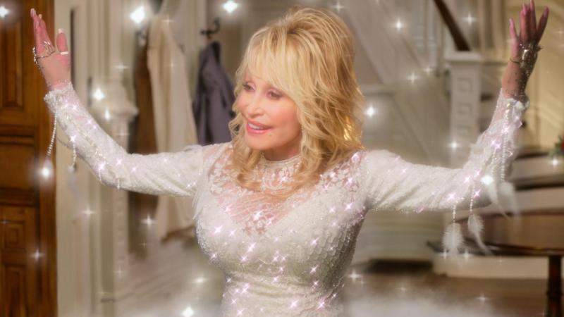 "Sie ist ein Engel: Country-Legende Dolly Parton in einer Szene des Films ""Dolly Parton's Christmas on the Square"". Foto: Netflix/dpa"