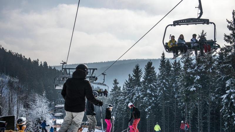 Skifahrer sind auf einer Piste in Winterberg unterwegs. Foto: Bernd Thissen/dpa/Archivbild