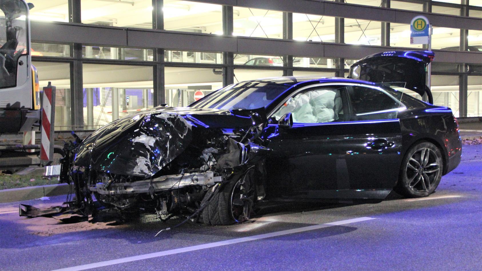 Schwerer Crash nach illegalem Autorennen am Heilbronner Europaplatz: Audi A5 kracht mit hoher Geschwindigkeit gegen Baum und wird total zerstört.