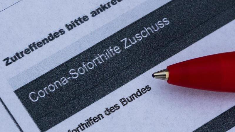 Ein Stift liegt auf einem Antrag für den Corona-Soforthilfe-Zuschuss. Foto: Robert Michael/dpa-Zentralbild/dpa