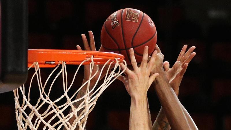 Spieler zweier Basketballmannschaften gehen zum Rebound. Foto: Adam Pretty/Getty Images Europe/Pool/dpa/Symbolbild