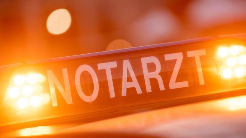 """Ein Dachschild mit der Aufschrift """"Notarzt"""". Foto: Lino Mirgeler/dpa/Symbolbild"""