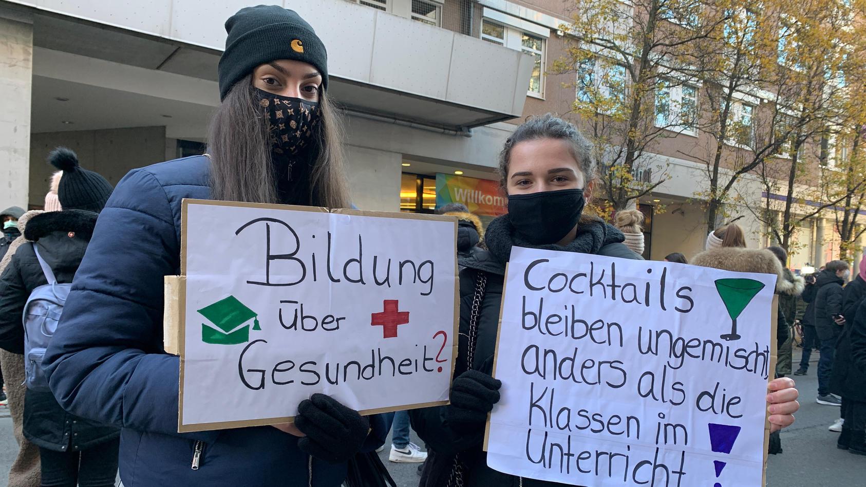Zwei Schülerinnen beim Streik in Frankfurt.