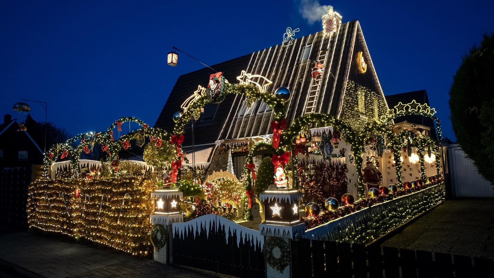 Familie schmückt Haus zur Weihnachtszeit mit 60.000 Lichtern