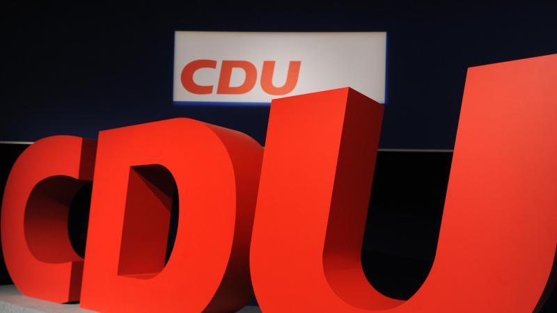 Blick auf das Logo der CDU. Foto: Arno Burgi/dpa-Zentralbild/dpa/Symbolbild