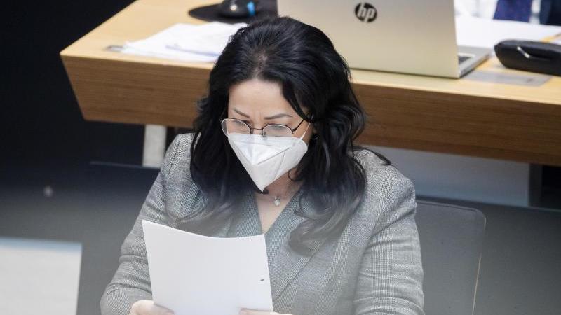 Dilek Kalayci (SPD), Gesundheitssenatorin von Berlin, liest. Foto: Christoph Soeder/dpa