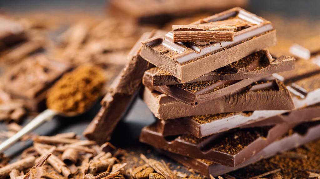 Mousse au chocolat wird mit geschmolzener Schokolade erst so richtig lecker