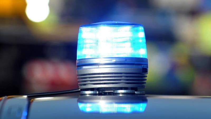 Das Blaulicht auf einem Polizeifahrzeug leuchtet. Foto: Stefan Puchner/dpa/Symbolbild/Archiv