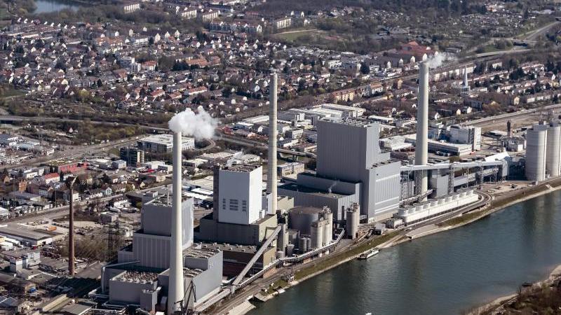 Blick auf ein Kaftwerk in Mannheim. Die EU könnte zwei ihrer drei Klimaziele für 2020 erreichen. Foto: Uli Deck/dpa