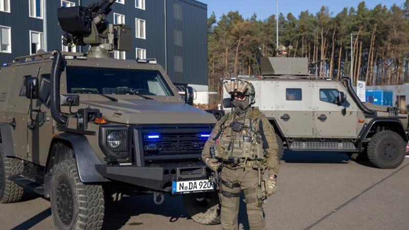 Die neuen gepanzerten Fahrzeuge für Bayerns Polizei. Foto: Daniel Karmann/dpa