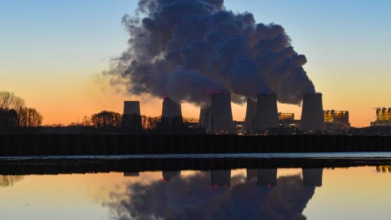 Braunkohlekraftwerk Jänschwalde. Die Europäische Umweltagentur mahnt, dass trotz der positiven Entwicklung nachhaltige und langfristige Anstrengungen erforderlich seien, um die Ziele für 2030 und 2050 zu erreichen. Foto: Patrick Pleul/dpa-Zentralbild/dpa