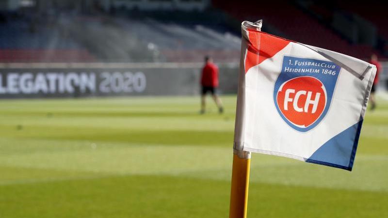 Auf einer Eckfahne ist das Vereinslogo vom 1. FC Heidenheim zu sehen. Foto: Tom Weller/dpa/Archivbild