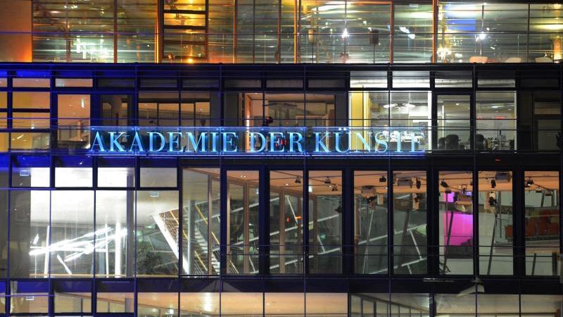 Blick auf die beleuchtete Glasfassade der Akademie der Künste Berlin. Foto: Jens Kalaene/dpa-Zentralbild/dpa