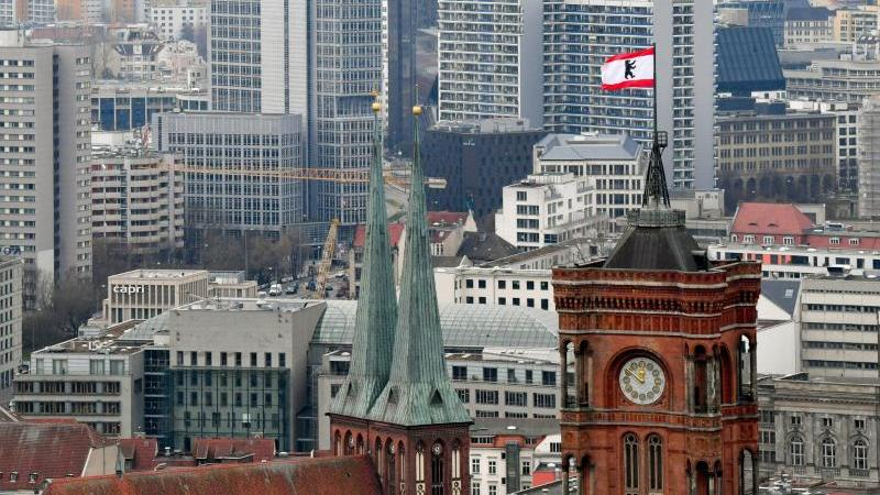 Hinter den Türmen der Marienkirche (l) und des Roten Rathauses sind zahlreiche Wohnblocks zu sehen. Foto: Jens Kalaene/dpa-Zentralbild/dpa