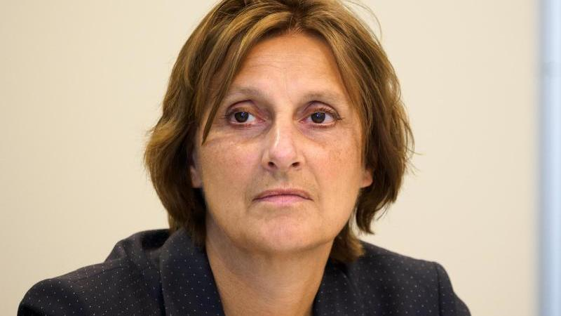 Britta Ernst (SPD), Brandenburger Ministerin für Bildung, sitzt vor der Presse. Foto: Soeren Stache/dpa-Zentralbild/dpa