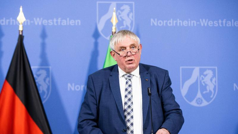 Karl-Josef Laumann (CDU), Gesundheitsminister von Nordrhein-Westfalen, spricht während einer Pressekonferenz. Foto: Marcel Kusch/dpa
