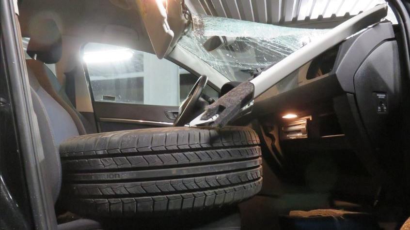 Auf der A2 bei Bielefeld ist ein Reifen durch die Windschutzscheibe eines Wagens gekracht.