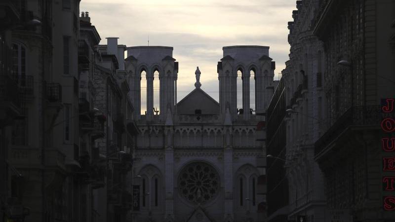 Der Chor von Notre-Dame wird an Heiligabend erstmals wieder ein Konzert in der schwer beschädigten Pariser Kathedrale geben. Foto: Daniel Cole/AP/dpa