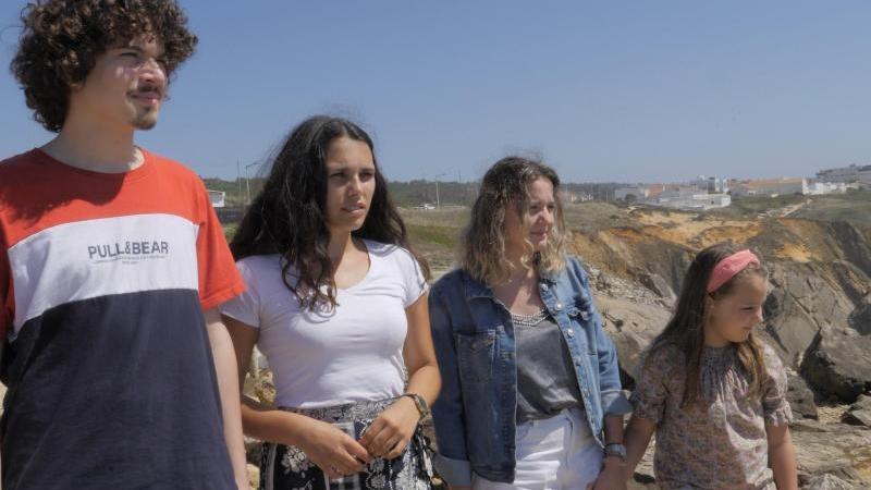 Martim (l-r), Catarina, Claudia und Mariana stehen an einer Klippe. Sechs Kinder und Jugendliche aus Portugal haben mit einer außergewöhnlichen Klimaklage gegen Deutschland und 32 weitere Länder eine wichtige Hürde genomme. Foto: GLAN/dpa