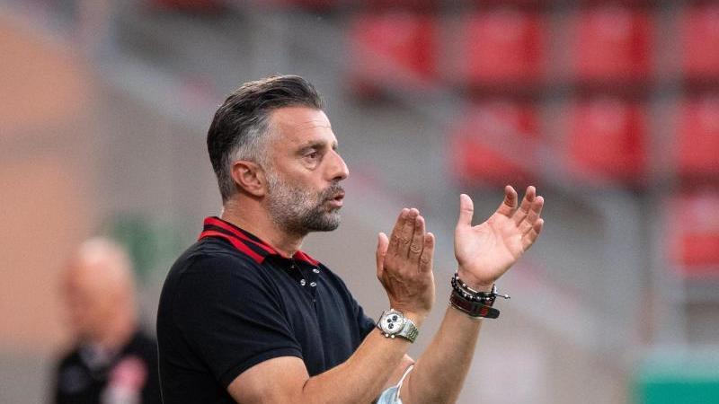 Trainer Tomas Oral von Ingolstadt klatscht am Spielfeldrand in die Hände. Foto: Matthias Balk/dpa