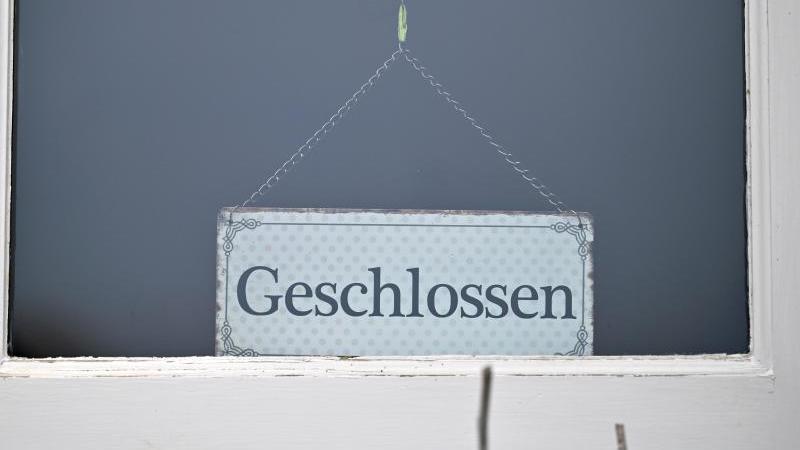 """""""Geschlossen"""" steht an einem Geschäft. Foto: Martin Schutt/dpa-Zentralbild/dpa/Symbolbild"""